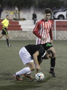 Marcos persigue un balón ante un jugador del Constància (Fotos: deportesmenorca.com)