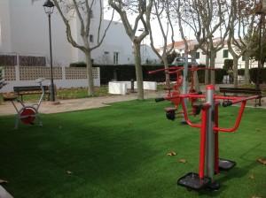 Se han instalado cinco máquinas para ejercitar diferentes partes del cuerpo en la plaza Constitución. FOTO.- Ayto. Sant Lluís