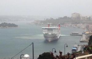 El buque de Acciona, entrando esta mañana en el puerto de Maó. Foto: Fernando Andreu.