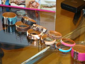 Las pulseras están confeccionadas a mano en piel de vacuno.