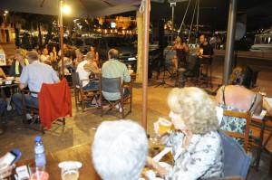 Turistas disfrutando de una actividad de dinamización el pasado verano en Mahón.