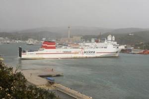 barco de acciona atrancando en el puerto de mao