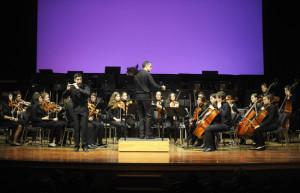 La interpretación de Josep Portella, solista, en el concierto para flautín y orquesta en Do Mayor de Vivaldi, sorprendió al público. FOTO.- Tolo Mercadal