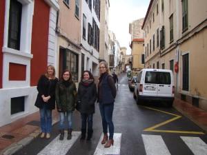 Águeda Reynes y Elena Mus junto a Anna tudurí y Lara Juanola en la presentación de los recorridos por Maó.