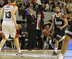 Dos acciones de Llull durante el partido (Fotos: ACB Photo)