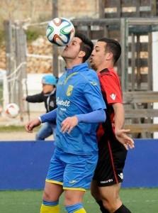 longa trata de controlar un balón ante un defensa del Formentera (Fotos: Tolo Mercadal)
