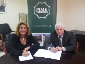 Isabel Martorell Comas, Delegada de AUSBANC Baleares, y el Presidente de PIME Menorca, Antonio Juaneda Anglada, en la firma del convenio.