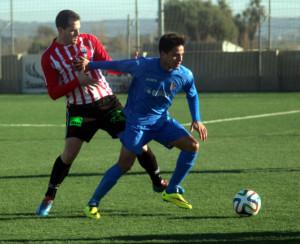 Berto Vaquero persigue a un jugador del Ferriolense durante el partido (Fotos: futbolbalear.es)