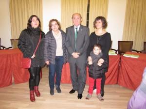 Marga Pons, Mª José Lluch, Marta Pons y Eduardo López, del grupo Aires des Barranc d'Algendar, aceptaron la invitación del alcalde Manuel Monerris. Foto: David Caules.