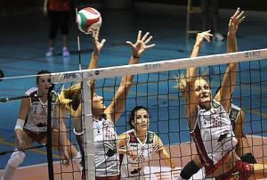 Vázquez, izquierda, en una acción de bloqueo (Foto: deportesmenorca.com)