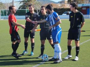 El árbitro menorquín Mascaró Cardona, con los capitanes en el Alcudia-Formentera (Foto: futbolbalear.es)