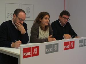 Borrás, Mora y Marquès, en su comparecencia en la sede de la formación en Mahón. FOTO.- PSOE Menorca