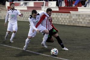 Xiscu trata de superar a un defensa (Fotos: deportesmenorca.com)