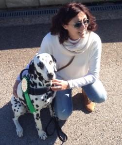 Mar Vidal y el dálmata Amadeus. Foto: Protectora d'Animals de Ciutadella.