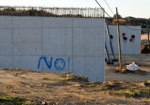 Los muros, con las pintadas (Fotos: Tolo Mercadal)
