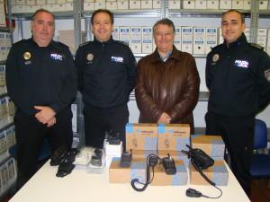 Los mandos policiales Rafael Canalejo, Vicente Vaquero y Pedro Vives, junto con el concejal Salvador Botella. FOTO.- Ayto. Mahón.