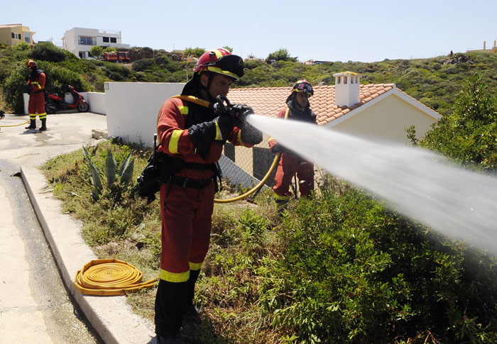 simulacro de incendio de la unidad militar de emergencias en la base de san isidro