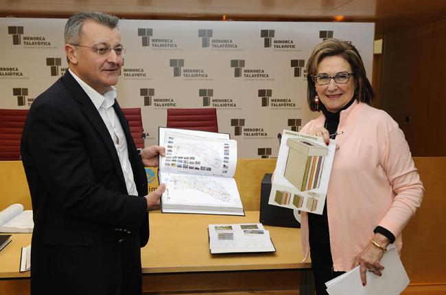 santi tadeo y maruja baillo presentando la documentacion para la menorca talaiotica