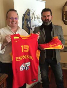 Camiseta de Marc y zapatilla de Pau, ya en Ma ó (Foto: Rotary Club de Mahón)