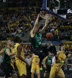 Suárez y Llull, en dos acciones del partido (Fotos: ACB Photo)