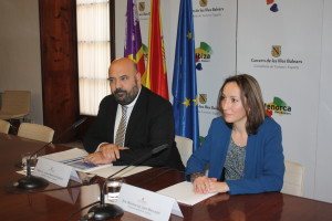 El conseller Martínez y la directora Jaén, en la presentación del balance. FOTO.- Caib