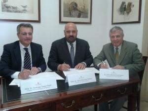 Tadeo, Martínez y José Marcial Rodríguez, gerente de la ATB, en la firma del convenio.