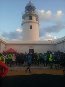 La salida del maratón ha tenido lugar en el faro de Cavalleria. FOTO.- X.C.