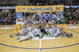 Los jugadores del Castelló, posando con el título (Fotos: feb.es)
