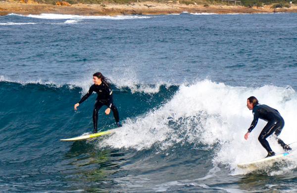 Es habitual que los surfistas aprovechen el viento en Menorca visitando alguna zona costera como la de Tirant (Foto: Tomeu Mir)