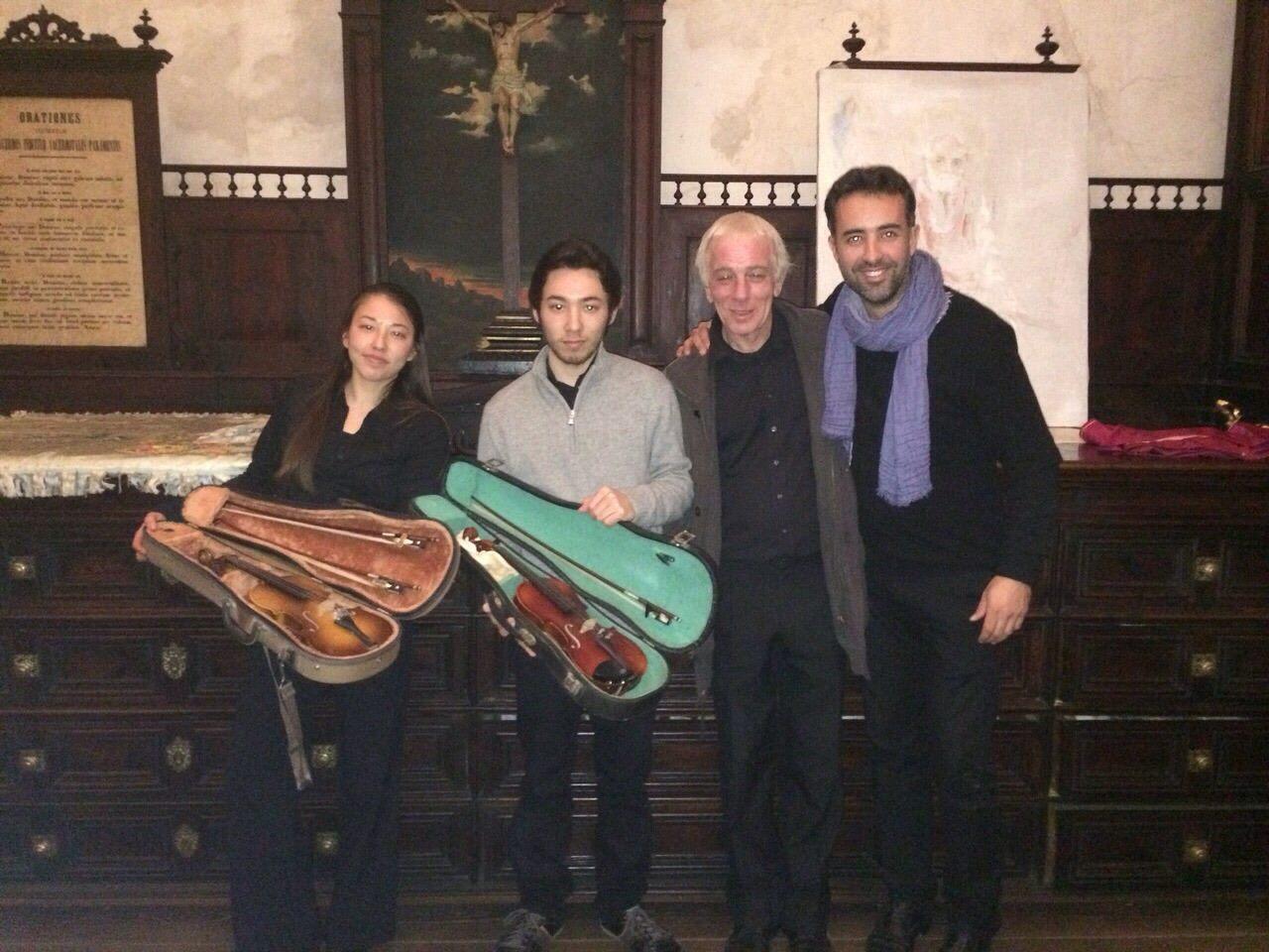 Barry Sargent dona instrumentos para proyecto Cuatro Cuerdas