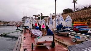 Los regatistas, preparando sus embarcaciones (Fotos: Nieves Reguero Alonso/ Siesreal)