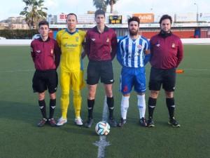 Trío arbitral con los capitanes (Fotos: futbolbalear.es)