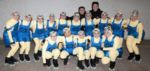 Foto de familia de las patinadoras con sus monitoras (Fotos: deportesmenorca.com)