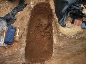La tumba y los restos humanos estaban cortados por la mitad.