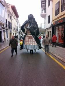 S'Àvia Corema fue trasladada al Ajuntament de Maó en un día lluvioso. Foto: Gegants de Maó.