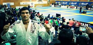 Juande Huertas, celebrando su medalla.
