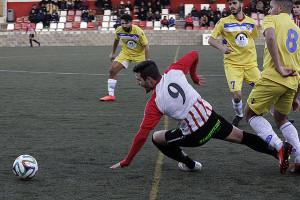 Xiscu cae al suelo en una acción del partido (Fotos: deportesmenorca.com)