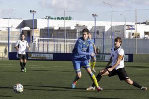 Marc trata de alcanzar un balón ante Mateu Ferrer (Fotos: deportesmenorca.com)