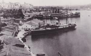 """El """"vapor"""" Rey Jaime II, atracado en el puerto de Maó en los años 30 (Foto: Trasmehips)"""