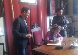 Picas, firmando en el libro de honor del Ajuntament de Ciutadella.