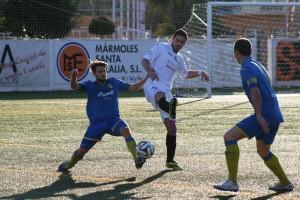 Izan trata de alcanzar un balón durante el partido (Fotos: noudiari.es)