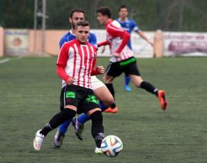 Xiscu trata de alcanzar un balón durante el partido (Fotos: noudiari.es)
