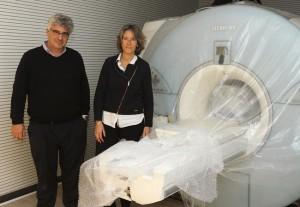 Antoni Alomar y Laura Casanova, junto a la máquina que se ha instalado en el centro. FOTO.- Tolo Mercadal