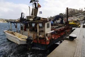 barcaza de dragado en el puerto de mao