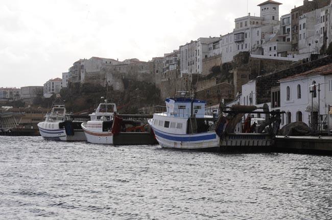 Barcas de pesca en el puerto de Maó
