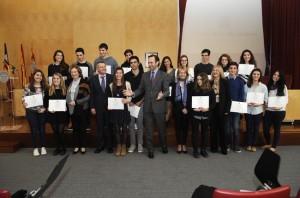 Bauzá con los  estudiantes menorquines premiados. FOTO.- Tolo Mercadal