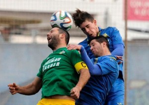 Marc salta a por un balón y celebración del gol (Fotos: Tolo Mercadal)