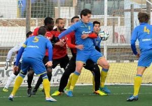 Zurbano controla un balón en el partido ante el Formentera (Foto: Tolo Mercadal)