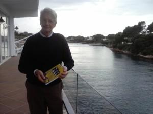 Rafael Torrent con su libro en el Club Nàutic Ciutadella.