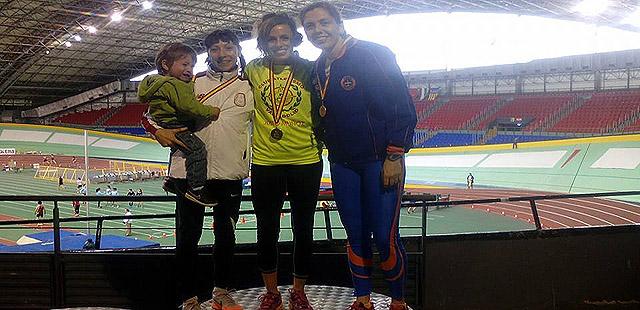 Angela-Lopez-plata-en-200-nacional-veteranos-pista-cubierta